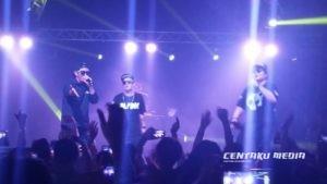 DJ DOC performing at the 90s K-Pop Superstars concert at Wild Bills in 2015.